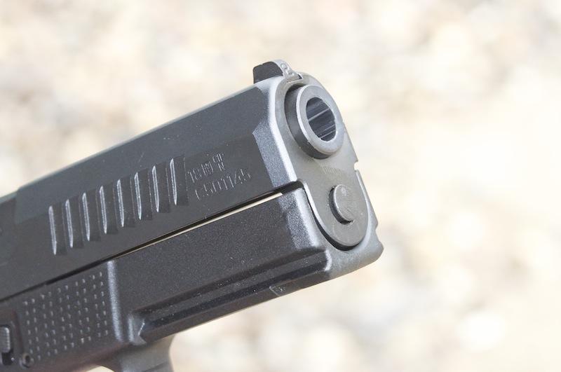 Detalle del cañón de la CZ P-10 - Por Redacción Espacio Armas