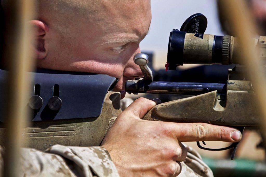 Francotirador fusil con mira