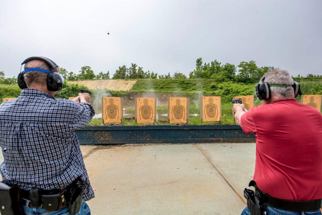 Línea de tiro con pistolas semiautomáticas en el polígono de Rodman's Neck (Bronx) - Fuente fotografía: New York Times