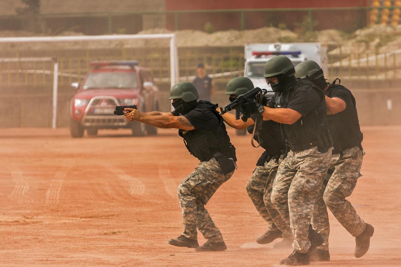 Policía en área de entrenamiento para CQB