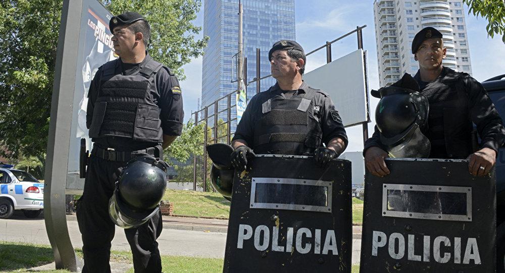 Policía y porte de arma con cartucho en la recámara. En la foto policías de Uruguay - Por Redacción Espacio Armas