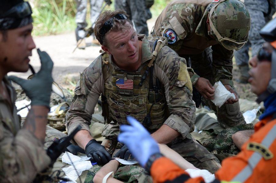 unidad de rescate de la Fuerza Aérea de los EE. UU. y miembros de la Fuerza Aérea del Perú atienden a pacientes durante un ejercicio de simulación de accidente aéreo en la Base Aérea Germán Olano, Colombia