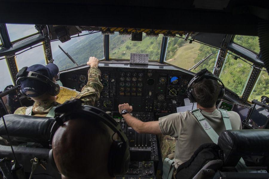 Pilotos del Escuadrón de Transporte Aéreo N.º 133 de la Fuerza Aérea de los EE. UU. realizan maniobras a baja altura a bordo de un C-130 Hercules, durante un ejercicio de búsqueda y rescate en una zona montañosa de Colombia