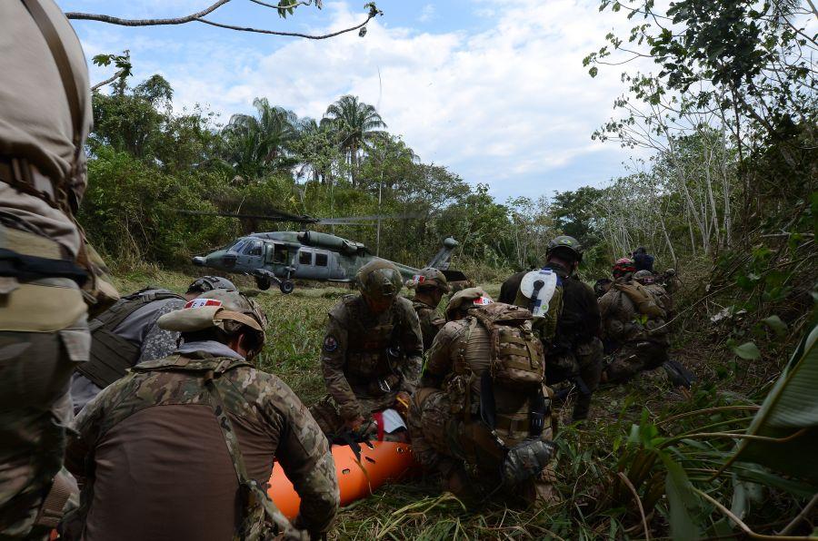 Unidades de las fuerzas aéreas de Colombia, Perú, Brasil, y EE.UU. transportan víctimas a bordo de un UH-60 Black Hawk durante accidente aéreo simulado