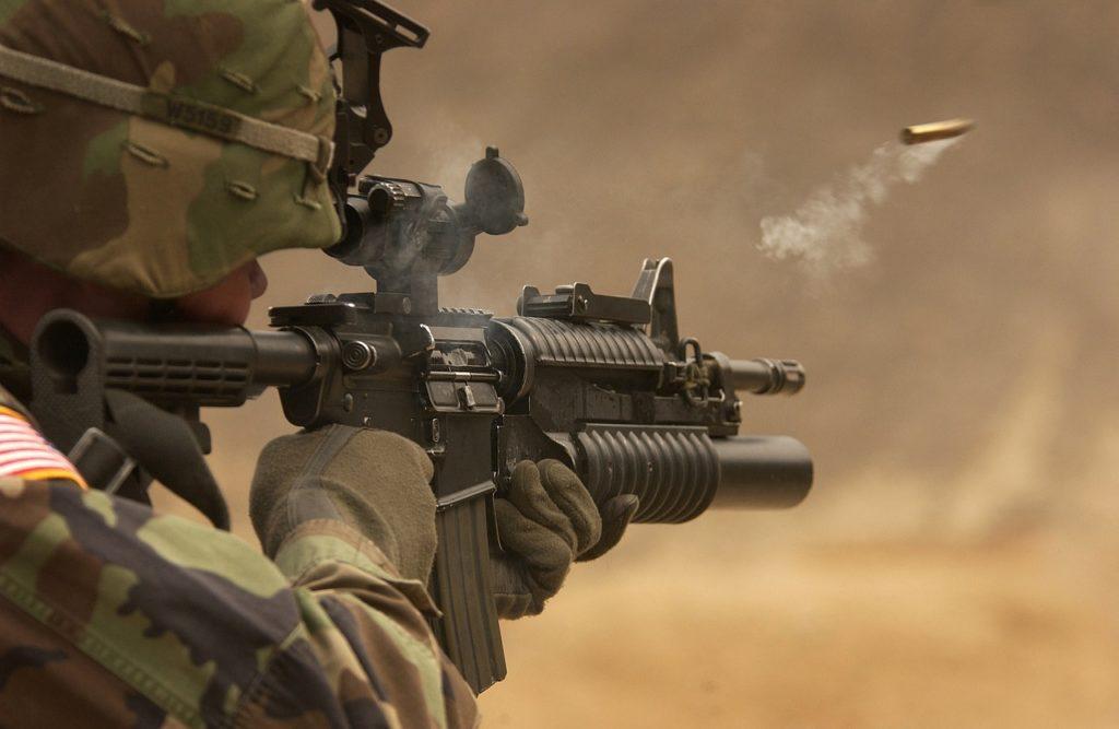 Soldado estadounidense mientras dispara calibre militar 5,56 x 45 mm OTAN
