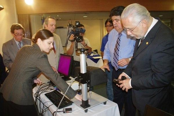 El ministro de Seguridad Pública de Costa Rica, José María Tijerino (derecha), asistió a la entrega del equipo en el 2011