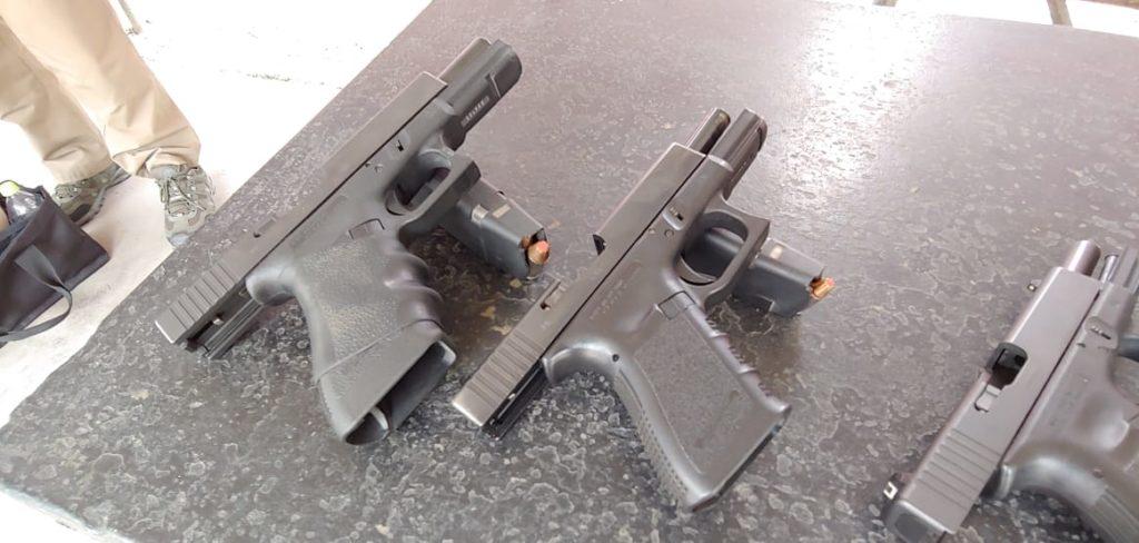 Al Centro, Glock 25 Cal. 380 auto. Fuente Taczone. Redacción Espacio Armas