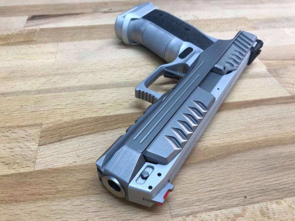 """Pistola """"Alien"""" Laugo Arms. Redacción Espacio Armas."""