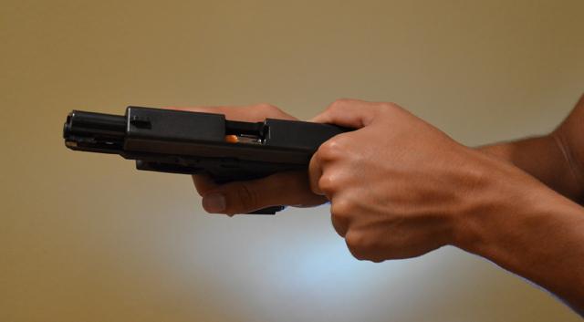 Método a honda con pistola. Redacción Espacio Armas