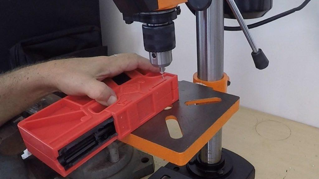 El taladro vertical es necesario para los orificios. Redacción Espacio Armas.