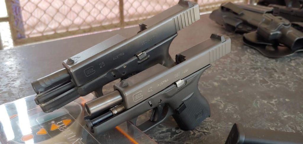 Armazones diferentes: Izquierda, Glock compacta G25, Derecha, Glock subcompacta G42. Redacción Espacio Armas.
