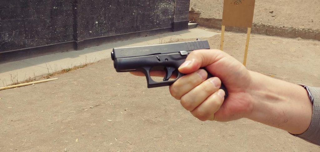 Manos de tamaño grandes que empuñan con facilidad la Glock 42. Redacción Espacio Armas.