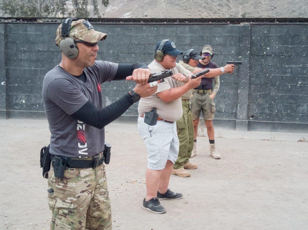 Los participantes, aprendiendo a solucionar las trabas de pistola. Fuente Tac-Zone. Redacción Espacio Armas.