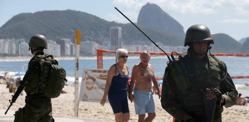 Soldados del Ejército de Brasil en una playa de Rio de Janeiro - Redacción Espacio Armas