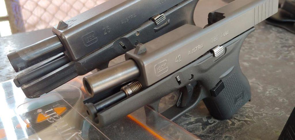 En primer plano, Glock 42 Subcompacta Slimline, Cal. 380 auto. Fuente TacZone. Redacción Espacio Armas.