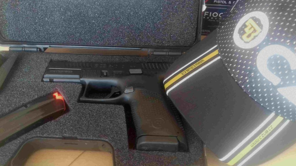 La pistola CZ P10C en cal. 9 mm Parabellum en su maletín. Redacción Espacio Armas.