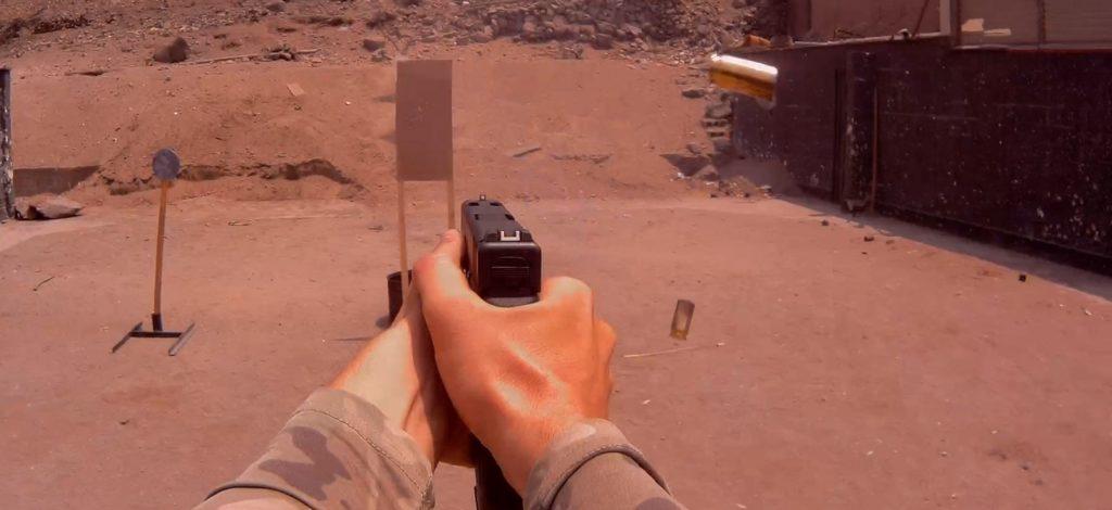 Ejercicios (Drill) para la prueba, la Glock 21 C regresa en su eje muy rápidamente. En la foto la pistola ya lista para disparar mientras dos casquillos están en el aire. Redacción Espacio Armas.