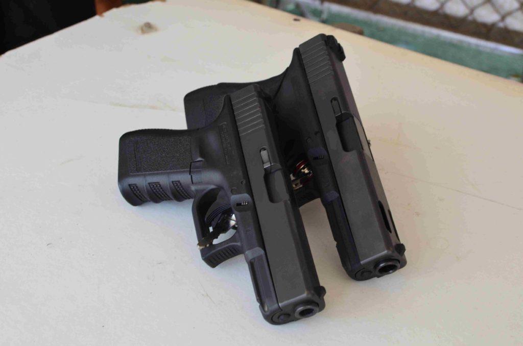 Izquierda, Glock 19 Cal. 9 mm Parabellum, 3 gen. Derecha, Glock 21 C, Cal. 45 ACP. Redacción Espacio Armas.