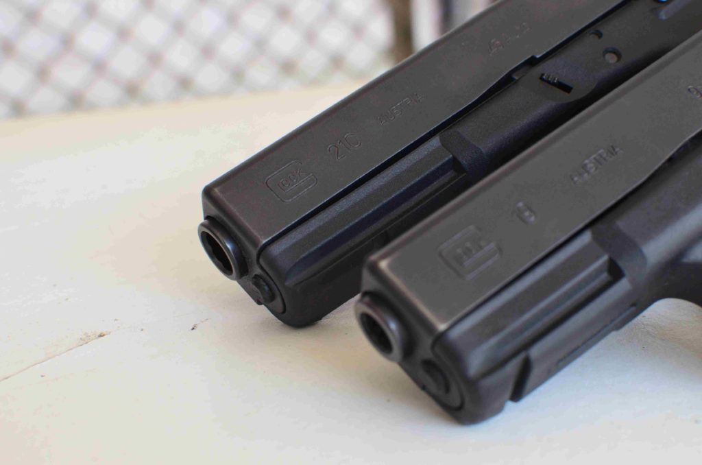 Arriba, Glock 21 C. cal 45 acp. Abajo Glock 19, Cal. 9 parabellum Redacción Espacio Armas.