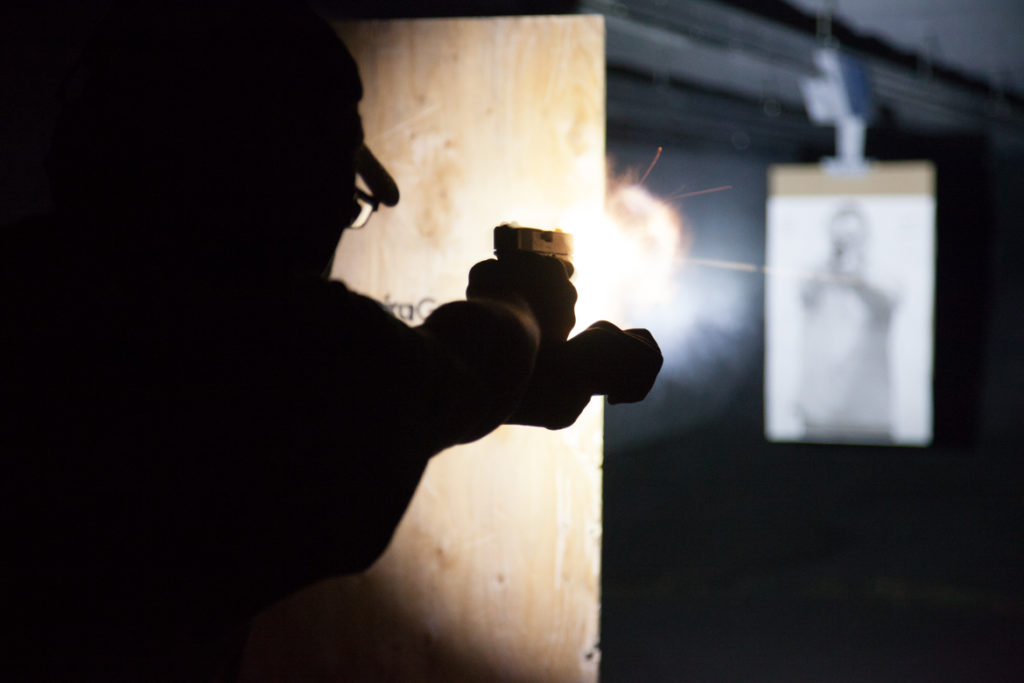 Pistola: linterna de mano en condición de baja iluminación