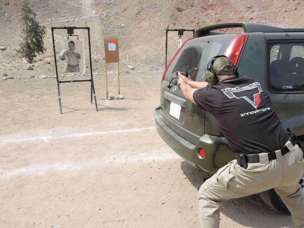 Defensa con pistola, usando la parte trasera de un vehículo. Fuente Taczone. Redacción Espacio Armas.