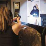 Pistola linterna de mano en condición de baja iluminación