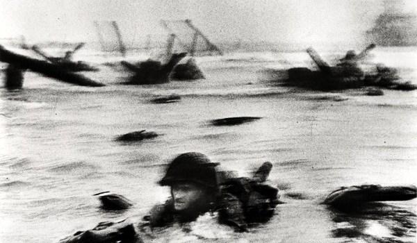 """Fotoperiodista húngaro Robert Capa. Fuente Robert Capa """"Magnificent Eleven"""". Redaccion Espacio Armas"""