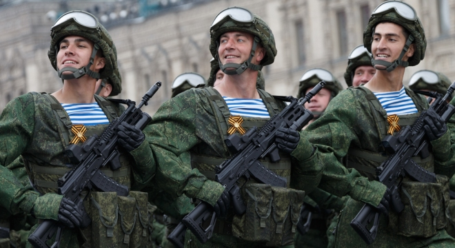 Fusil AK-12 distribuido a las Fuerzas Armadas rusas. Los fusiles AK-12 que se muestran en el Desfile del Día de la Victoria de Moscú estaban equipados con lanza granada debajo del cañón (muy probablemente GP-34) y miras de puntos rojos Valday. Redacción Espacio Armas.