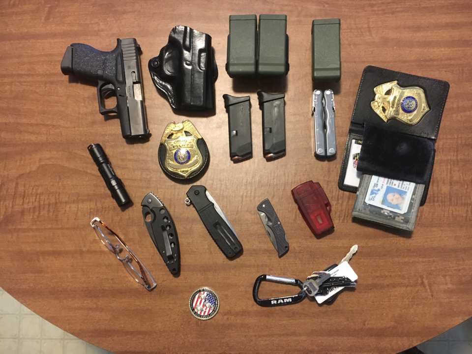 Policía. Equipamiento básico armas defensa personal, EDC: Every Day Carry