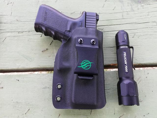 pistola glock y Armas linterna de mano Pelican 7000 para los tiradores