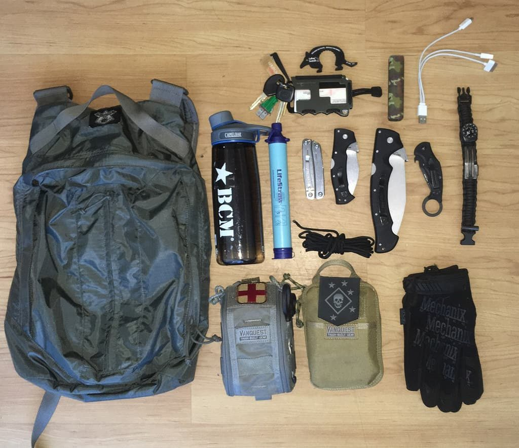 EDC para trekking. Fuente packconfig.com/loadout/loadout-light-day-hike-pack-were-asking-all-our/. Redacción Espacio Armas.
