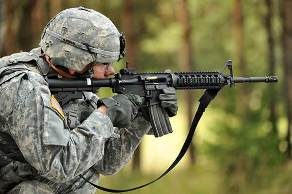 La carabina M4 es una variante compacta del rifle de asalto M16A2. Fabricado por Colt Defense, el M4 es un arma preferida para las Fuerzas Armadas de EE. UU. Y los combatientes de guerra del siglo XXI. Redacción Espacio Armas.