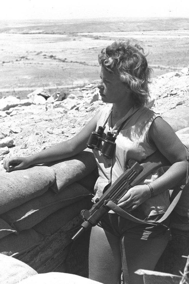 Soldado del ejercito Israelí con el subfusil UZI en el desierto del Negev [1/7/1956]. Redacción Espacio Armas.