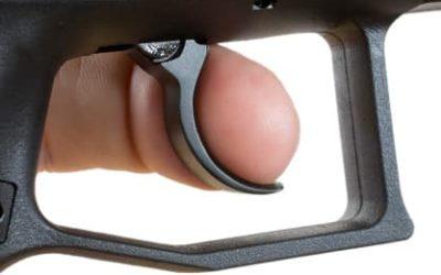 Modificar el peso del disparador en un arma corta es una condición indispensable  para la defensa personal ?