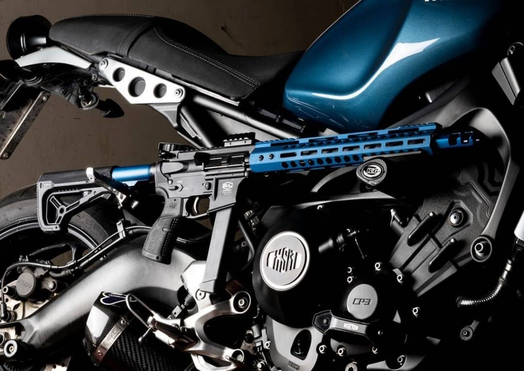 Carabina BL9 en cal. 9 mm con Yamaha XSR. Fuente. bularmory.com. Redacción Espacio Armas.