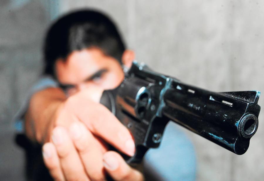 Prohíbe el porte de armas: gobierno ayuda delincuentes